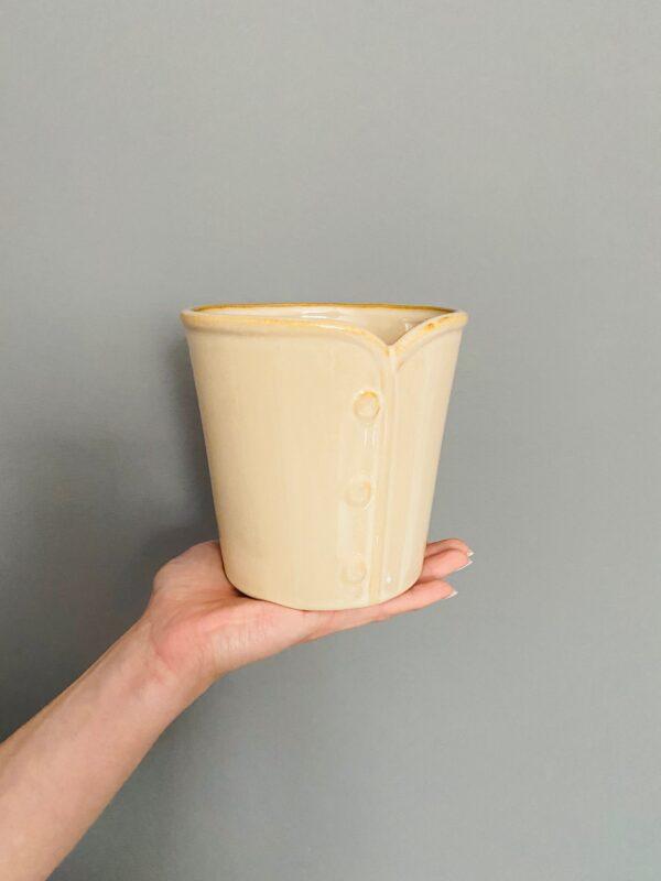 Ceramiczna osłonka w kolorze beżowym, zdobiona trzema guziczkami
