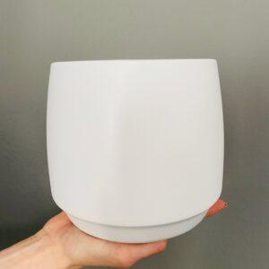 Ceramiczna biała osłonka na doniczkę.