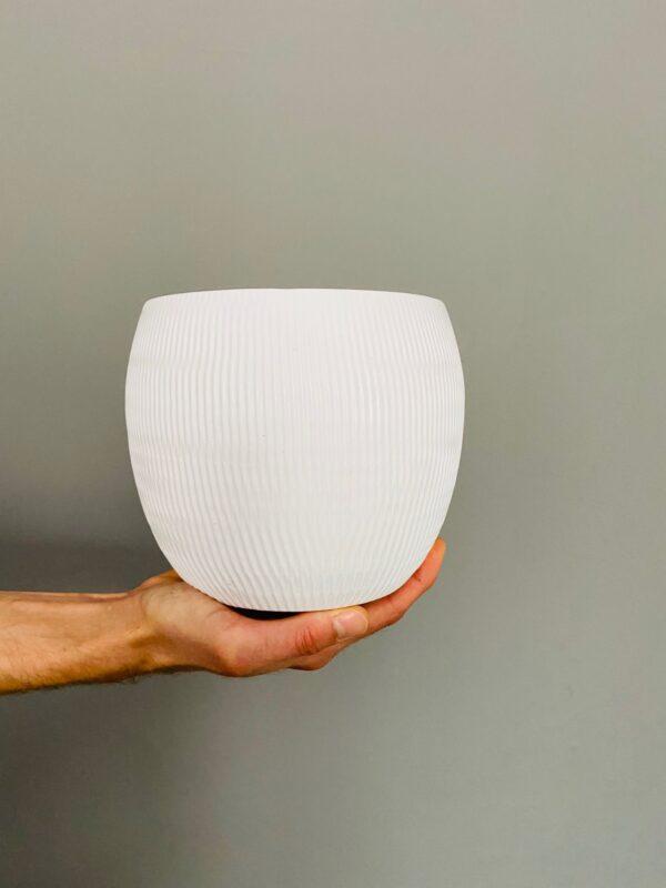 Ceramiczna fakturowana osłonka na roślinę, w białym kolorze.