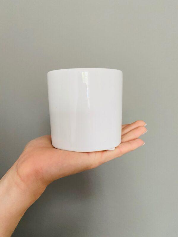 Ceramiczna, biała osłonka na doniczkę.
