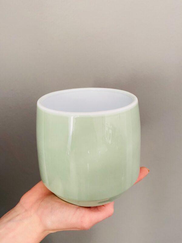 Ceramiczna pistacjowa osłonka na doniczkę.