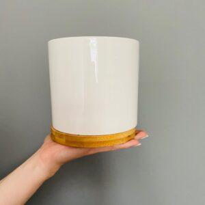 Ceramiczna, białą osłonka z bambusową podstawką