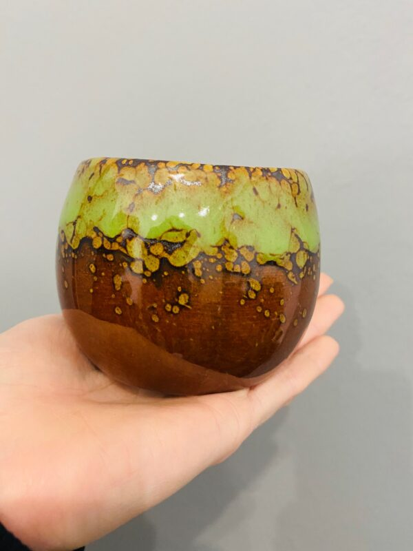 Brązowo-zielona, ceramiczna, szkliwiona osłonka w stylu retro