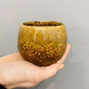 Brązowa, ceramiczna, szkliwiona osłonka w stylu retro