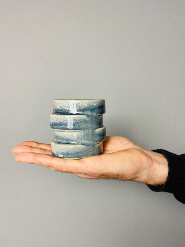 Niebieska, ceramiczna osłonka z przetarciami