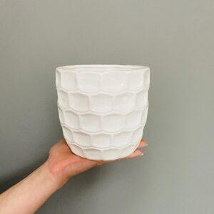 Biała ceramiczna osłonka z fakturą cegiełki
